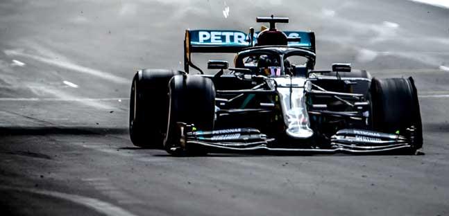 Silverstone - La cronaca<br />Hamilton vince su tre ruote